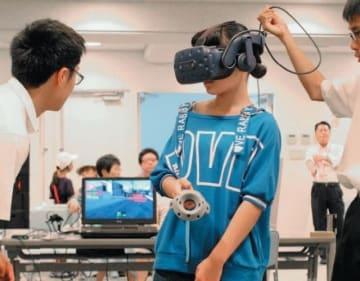 VRで原爆の恐ろしさを体験する参加者=大分市