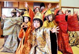 国生み神楽に出演する子どもたち。東京五輪開会式への出演を目指す=淡路市多賀