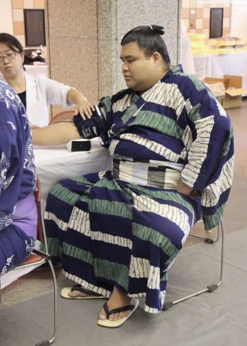 健康診断で血圧を測る高安=21日、東京・両国国技館