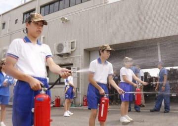 水消火器を使い放水する生徒たち