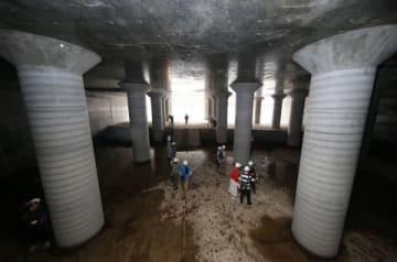 川から水を取り入れる放水路トンネル入り口付近。宮殿のような太い柱が林立する(中村祐子撮影)