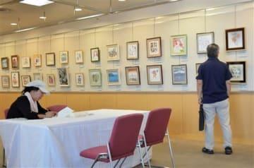 美術家や芸能人らの色紙などを展示する熊日チャリティー知名士色紙展=熊本市中央区
