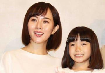 連続ドラマ「TWO WEEKS」に出演している比嘉愛未さん(左)と稲垣来泉ちゃん