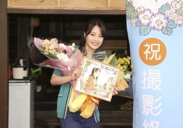 NHK連続テレビ小説「なつぞら」の撮影終了後、笑顔を見せるヒロイン役の広瀬すずさん=20日、東京・渋谷(NHK提供)