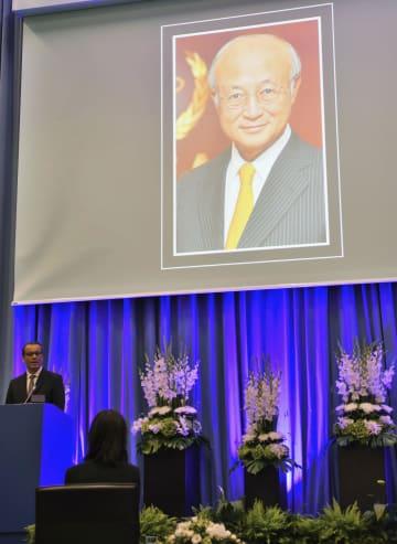 IAEA本部で行われた故天野之弥事務局長の追悼式で弔辞を述べるフェルータ事務局長代行=21日、ウィーン(共同)