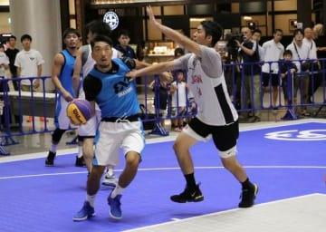イオンモール岡山=北区下石井=で行われた3人制バスケットボールの公開試合