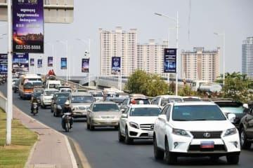 首都プノンペンを走行する自動車は中古車が多い(NNA撮影)