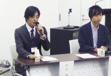 トークイベントに参加した葛西剛さん(左)=21日、東京都港区