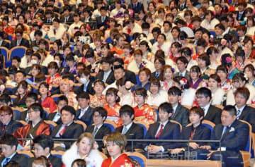 昨年1月7日に行われた太田市の成人式。3学年同時で開催する場合は約6000人が「新成人」となり、会場確保が課題となる(2018年1月8日付より)