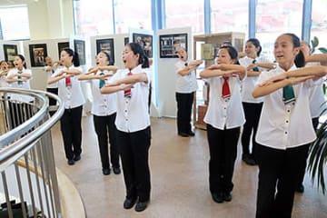 デブレツェン市のメリウス文化センターで開かれた写真展で歌と踊りを披露したメンバー