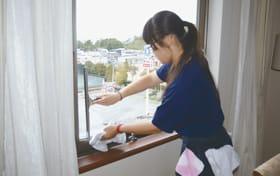 客室の窓を丁寧に拭く伊達高等養護学校の生徒