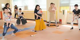 抱っこしながらできる体操を楽しむ親子