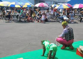大道芸の猿回しを楽しむお年寄りたち