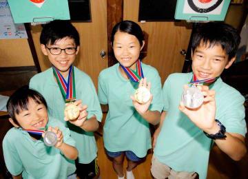 メダルを獲得した愛媛やまじ風支部の(左から)合田心さん、合田琉さん、佐々木さん、小笠原さん