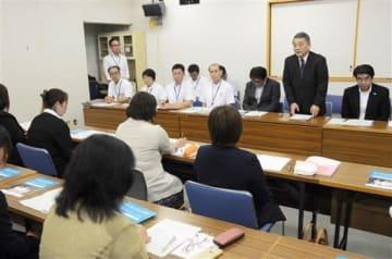 医療的ケアが必要な子どもの家族との意見交換会の冒頭、あいさつする熊本市民病院の水田博志・病院事業管理者(右から2人目)=熊本市東区