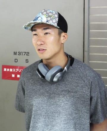 欧州遠征への出発前、取材に応じる桐生祥秀=22日、成田空港