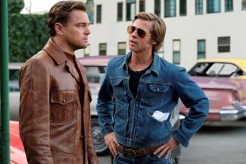 動揺するリック(ディカプリオ、左)をなだめるクリフ(ピット、右) photo : Andrew Cooper/Sony Pictures Entertainment Inc.