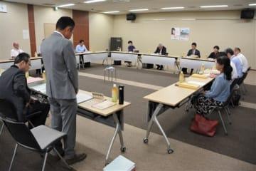 県最低賃金に関する異議申し出について審議し、退けることを決めた熊本地方最低賃金審議会=21日、熊本市西区