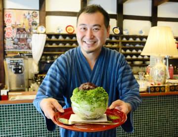 「宇治金時の御氷」を紹介する松本さん=香取市の茶屋花冠本店