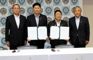 協定書に調印し、災害時の連携強化を誓う山本正徳市長(右から2人目)と青山剛市長(同3人目)=宮古市提供