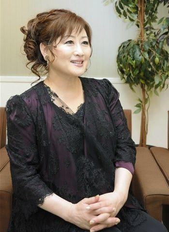 新アルバムについて「デビュー35周年に向け、勢いをつけてくれる曲ができた」と話す渡辺美里=熊本市中央区