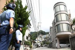 防弾チョッキを着た警察官が警戒し、現場周辺は一夜明けても物々しい雰囲気に=22日午前10時20分、神戸市中央区熊内町9