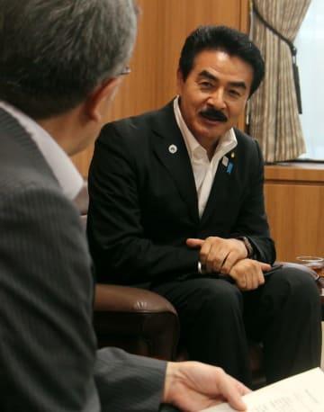 山口副市長と面会する佐藤外務副大臣=佐世保市役所