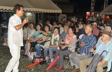 金栗四三の誕生日記念コンサートで熱唱する関島秀樹さん=20日夜、玉名市