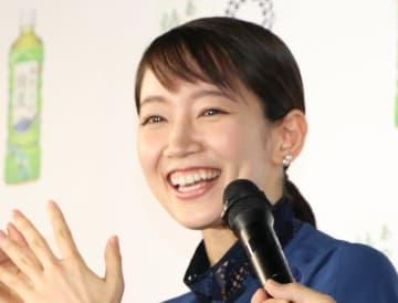 吉岡里帆さん(6月撮影)。9月公開の「見えない目撃者」でパルくんと共演