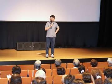 竹下監督も来場、大勢の観客が観賞した「ミッドナイト・バス」上映会=21日、十日町市の「段十ろう」