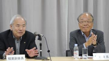 記者会見する日本工作機械工業会の飯村幸生会長(右)と稲葉善治副会長=22日、東京都港区