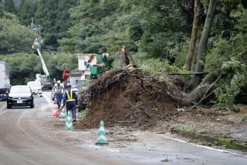 7月4日、大雨で土砂が流れ込んだ鹿児島県曽於市の道路