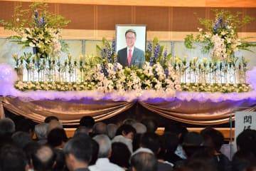 大勢の県民が集まった翁長雄志さんを偲ぶ会=22日、豊見城市の沖縄空手会館