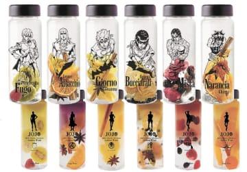 ボトルにキャラクターの絵柄が描かれたドリンクキット=(C)LUCKY LAND COMMUNICATIONS/集英社・ジョジョの奇妙な冒険GW製作委員会)