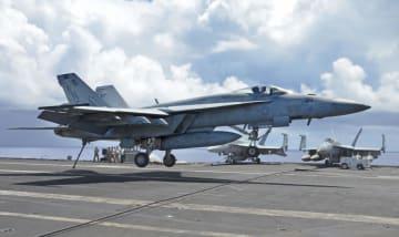 米海軍の原子力空母ロナルド・レーガンの甲板に着艦する艦載機=22日午後、日本南方沖