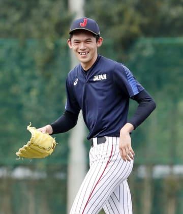 野球のU18ワールドカップに向けた練習で、笑顔を見せる佐々木朗希投手=東京都内