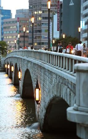 多くの人が行き交う3代目萬代橋=22日、新潟市中央区
