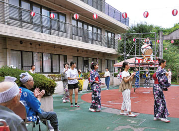 暑さの下、踊りを楽しむ参加者