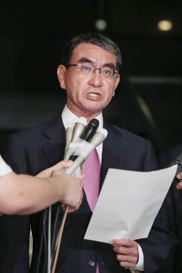 韓国による軍事情報包括保護協定破棄決定を受け、報道陣の取材に応じる河野外相=22日夜、外務省