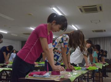 簡易型キットを使って心臓マッサージを学ぶ教職員=ひたちなか市笹野町