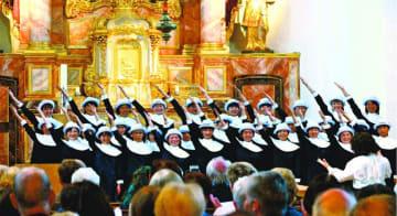 歌声を響かせる徳島少年少女合唱団=21日、ドイツ・ボン市のナーメン・イエズス教会