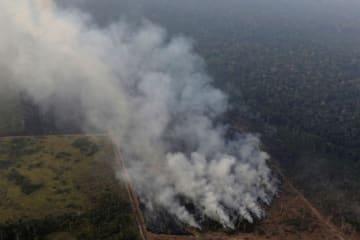 ブラジル北部ロンドニア州のアマゾン地域で起きた火災で立ち上る煙=21日(ロイター=共同)