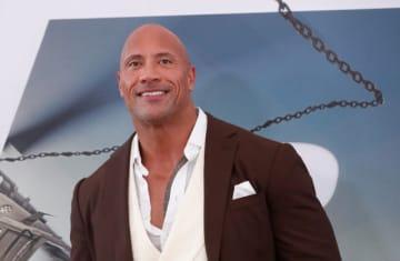 米経済誌「フォーブス」は21日、毎年恒例の「世界で最も稼いだ男性俳優」ランキングを発表し、元プロレスラー「ザ・ロック」ことドウェイン・ジョンソンがトップとなった。写真は7月、ロサンゼルスで撮影 - (2019年 ロイター/Mario Anzuoni)