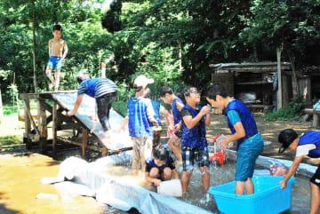 里山で水浴びする子どもたち=四街道市