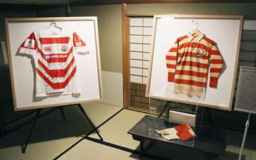 展示されたラグビー日本代表の初代「桜のジャージー」(右)と現在のジャージー=23日午前、京都・下鴨神社の資料館「秀穂舎」