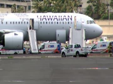 22日、米ハワイ・ホノルル空港に着陸し、乗客が緊急脱出したハワイアン航空機(AP=共同)