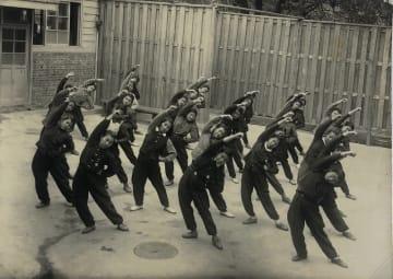 防空指揮所の東口で「海軍体操」をする様子(大町さん提供)
