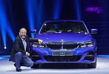 新型3シリーズを発表するBMWグループ・インディアのルドラデジ・シンCEO=21日、インド北部グルグラムで(BMW提供)