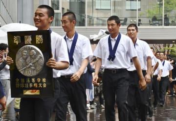 全国高校野球選手権大会で準優勝し、笑顔で学校に戻った奥川恭伸投手(左から3人目)ら星稜の選手=23日、金沢市