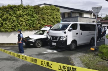 佐藤典子さんの遺体が見つかった住宅=23日午前9時19分、山形県天童市